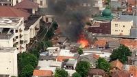 Belum diketahui persis jumlah rumah yang terbakar. Sebab, saat ini kebakaran masih dalam pemadaman Suku Dinas Kebakaran Jakarta Selatan. (@adhex)