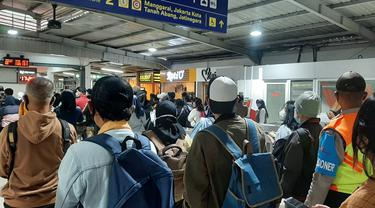 Situasi Stasiun Tebet, Jakarta Selatan saat jam pulang kerja pada Senin (5/7/2021).