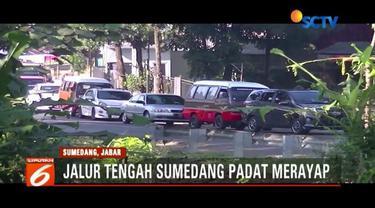 Polisi berupaya urai kemacetan di depan Pasar Tanjungsari, Sumedang, dengan memperlebar ruas jalur untuk pemudik.