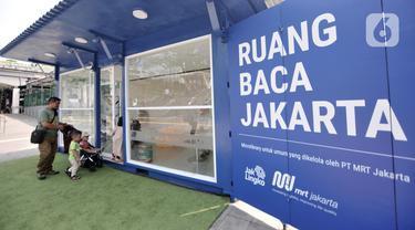 Warga memasuki Ruang Baca Jakarta di kawasan Dukuh Atas, Minggu (8/12/2019). Perpustakaan mini yang dibuat PT MRT Jakarta tersebut menyajikan berbagai jenis buku. (merdeka.com/Iqbal Nugroho)