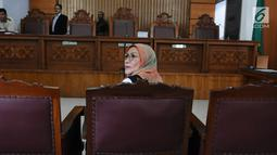 Ratna Sarumpaet duduk di kursi terdakwa Pengadilan Negeri (PN) Jakarta Selatan, Kamis (29/2). Ratna menjalani sidang dakwaan perdana atas kasus penyebaran berita hoaks yang menyebutkan wajah lebam. (Liputan6.com/Herman Zakharia)