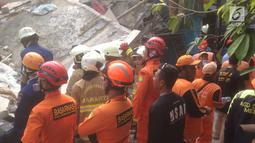 Petugas gabungan saat melakukan evakuasi korba rumah roboh di  Jalan Pulo, Tanah Tinggi, Johar Baru, Jakarta Pusa, Jumat (26/4). Menurut saksi mata mengatakan rumah tersebut sedang dalam proses pembangunan yang sudah dilakukan selama kurang lebih satu tahun. (merdeka.com/Imam Buhori)