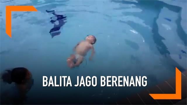 Tanpa bantuan dan juga pelampung, seorang balita memamerkan aksinya berenang di kolam yang cukup dalam. Balita tersebut begitu santai dan lincahnya berenang dengan berbagai gaya. Aksinya ini pun menuai pujian dari warganet yang melihat.