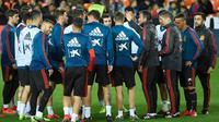 Pelatih Spanyol, Luis Enrique menginstruksikan pemainnya selama sesi latihan di stadion Mestalla di Valencia (22/3). Spanyol akan bertanding melawan Norwegia pada grup F kualifikasi Euro 2020. (AFP Photo/Jose Jordan)