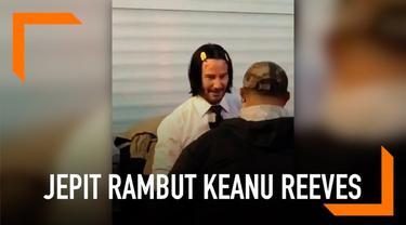 Media sosial tengah dihebohkan dengan aksi lucu Keanu Reeves di tengah syuting film John Wick. Ia terciduk memakai jepit rambut berwarna kuning. Tak ayal, karena aksinya itu membuatnya menjadi sorotan publik