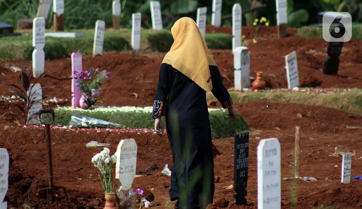 Peziarah memasuki area pemakaman jenazah yang diduga terinfeksi virus COVID-19 di TPU Pondok Ranggon, Jakarta, Minggu (24/5/2020). Momen Hari Raya Idul Fitri 1441 H dimanfaatkan sejumlah keluarga dan kerabat korban yang diduga terinfeksi COVID-19 untuk berziarah. (Liputan6.com/Helmi Fithriansyah)