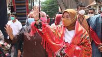 Menteri Ketenagakerjaan Ida Fauziyah meninjau pengrajin ulos di Desa Lumban Suhi - Suhi, di Kabupaten Samosir, Sumatera Utara, Jum'at (29/1/2021). (Dok Kemnaker)