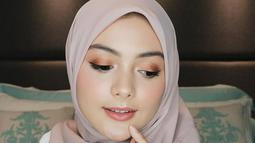 Sering membagikan tips menggunakan make up di akun youtubenya. Baru-baru ini Amanda juga memberikan tips tentang penggunaan make up yang simpel untuk lebaran. Dia juga sering membagikan tips make up dalam berbagai acara. (Liputan6.com/IG/@amandarawles)