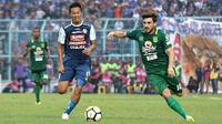 Duel Dendi Santoso (Arema) vs Robertino Pugliara (Persebaya) di Stadion Kanjuruhan, Malang, Sabtu (6/10/2018). (Bola.com/Aditya Wany)