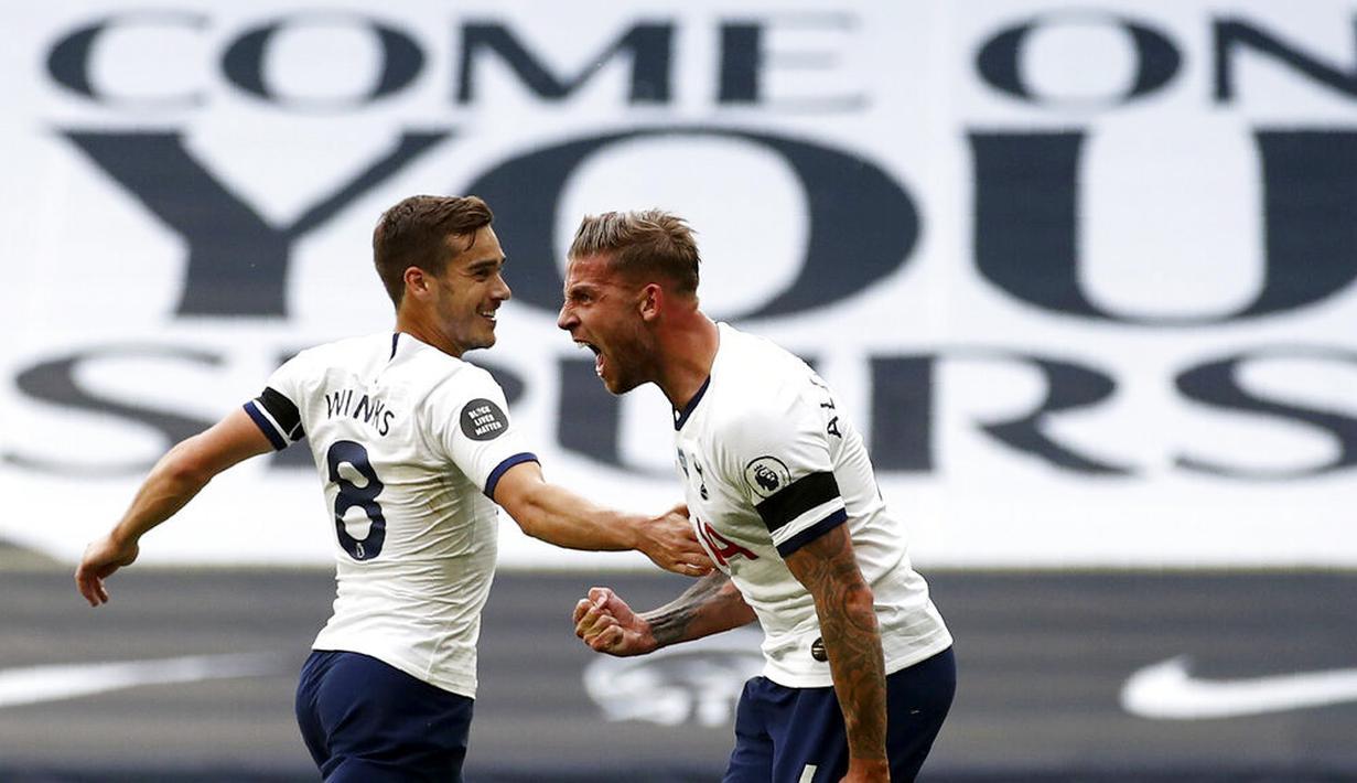 Bek Tottenham Hotspur, Toby Alderweireld, melakukan selebrasi usai mencetak gol ke gawang Arsenal pada laga Premier League di London, Minggu (12/7/2020). Tottenham Hotspur menang 2-1 atas Arsenal. (Tim Goode/Pool via AP)
