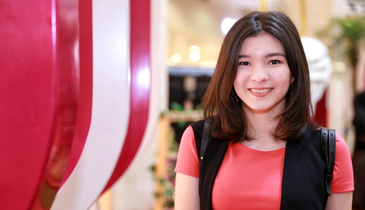 Shaloom Razade, anak sulung Wulan Guritno kini sudah tumbuh menjadi gadis remaja yang cantik jelita. Di usianya yang sudah menginjak 18 tahun, ternyata Shaloom sudah memiliki seorang kekasih. (Adrian Putra/Bintang.com)