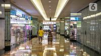 Pengunjung melihat toko di mal Taman Anggrek, Jakarta, Senin (21/12/2020). Anies Baswedan menginstruksikan melalui Seruan Gubernur nomor 17 tahun 2020 agar kegiatan usaha seperti restoran, pusat perbelanjaan diharapkan dapat berhenti beroperasi pada pukul 19.00 WIB. (Liputan6.com/Faizal Fanani)