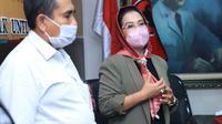 Ketua Fraksi PDI Perjuangan DPRD Jatim Sri Untari Bisowarno saat mendatangi Untag. (Dian Kurniawan/Liputan6.com)