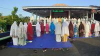 Penganut Islam Aboge di Masjid Sayid Kuning, Onje, Mrebet Purbalingga menggelar salat Id, Senin (25/5/2020). (Foto: Liputan6.com/Istimewa)