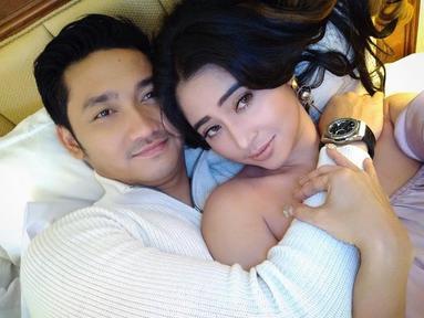 Dewi Perssik dan Angga Wijaya terlihat berpose mesra saat momen valentine. Angga terlihat memeluk erat Dewi. (Foto: instagram.com/anggawijaya88)