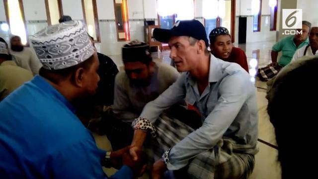 Usai mendengarkan azan dan melihat orang salat, seorang bule di Labuan Bajo, NTT memutuskan memeluk Islam.
