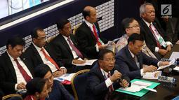 Menko Perekonomian Darmin Nasution bersama sejumlah menteri memberi keterangan pers RAPBN 2019 di Media Center Asian Games, JCC Jakarta, Kamis (16/8). Pada konpers tersebut nilai Rupiah dipatok Rp 14.400/US dalam RAPBN 2019. (Liputan6.com/Fery Pradolo)