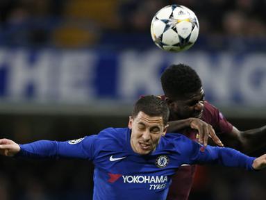 Gelandang Chelsea, Eden Hazard, duel udara dengan bek Barcelona, Samuel Umtiti, pada laga Liga Champions di Stadion Stamford Bridge, London, Selasa (20/2/2018). Hingga babak pertama usai kedudukan masinh imbang 0-0. (AFP/Ian Kington)