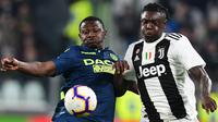 Striker Juventus, Moise Kean, berebut bola dengan bek Udinese, Nicholas Opoku, pada laga Serie A di Stadion Allianz, Turin, Jumat (8/3). Juventus menang 4-1 atas Udinese. (AFP/Miguel Medina)