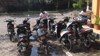 Puluhan pelajar di Semarang cuci kendaraan para guru. (Merdeka.com)