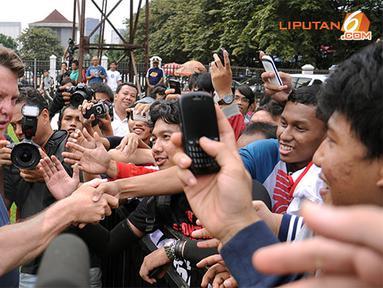 Louis van Gaal (Pelatih Timnas Belanda) menemui sejumlah penggemar sepakbola yang berkerumun di pinggir Lapangan C Senayan Jakarta pada Kamis 6 Juni 2013