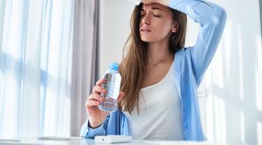 Gambar Ilustrasi Wanita Mengalami Dehidrasi
