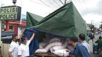 Polsek IT 2 Palembang Sumsel menemukan truk muatan pupuk PT Pusri bersama ratusan karung pupuk subsidi di kawasan Rambutan Banyuasin Sumsel (Liputan6.com / Nefri Inge)