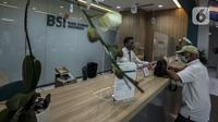Pekerja melayani nasabah di kantor cabang Bank Syariah Indonesia, Jakarta Selasa (2/2/2021). Dirut BSI Hery Gunardi menjelaskan bahwa integrasi tiga bank syariah BUMN yakni Bank BRI Syariah, BNI Syariah, dan Bank Syariah Mandiri telah dilaksanakan sejak Maret 2020. (Liputan6.com/Johan Tallo)