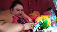 Titi Wati di rumah setelah operasi pengecilan lambung. (Liputan6.com/Rajana K)