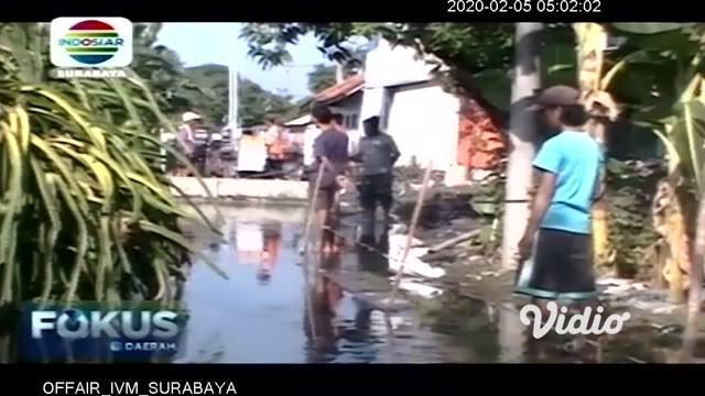 Akibat diguyur hujan semalam, dua desa di Kabupaten Jombang, Jawa Timur terendam banjir, Selasa pagi. Akibatnya, sejumlah rumah warga terendam banjir, hingga merendam berbagai perabot rumah tangga.