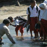 Aksi Heroik tersebut dilakukan oleh seorang anggota polisi Aipda Iptu Ismet Ishak, yang mebantu siswa sd menyebrangi sungai3