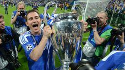 1. Frank Lampard - Saat masih bermain Fank Lampard merupakan salah satu pemain terbaik yang dimiliki Chelsea. Lampard sukses memberikan bebagai macam trofi untuk Chelsea, salah satunya trofi Liga Champions pada 2012. (AFP/Adrian Dennis)