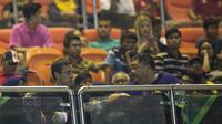 Mantan pemain Manchester United, Gary Neville, menyaksikan laga Liga 1 antara PS TNI melawan Semen Padang di Stadion Pakansari, Bogor, Minggu (30/7/2017). PS TNI menang 2-1 atas Semen Padang. (Bola.com/Vitalis Yogi Trisna)