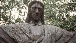 Replika patung Kristus Sang Penebus terlihat di sebuah taman umum di New Delhi, 4 Februari 2020. Barang bekas seperti besi batangan, suku cadang mobil, dan pipa dimanfaatkan untuk membuat tujuh keajaiban dunia yang ikonis di taman umum itu yang sukses menarik banyak pengunjung. (Xinhua/Javed Dar)