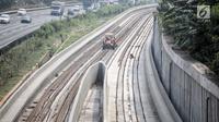 Pekerja terihat di pembangunan proyek kereta api ringan (light rail transit/LRT) di kawasan Kampung Makasar, Jakarta, Kamis (26/7). Secara keseluruhan, proyek kereta ringan atau LRT Jakarta telah rampung sekitar 85 persen. (Liputan6.com/Faizal Fanani)
