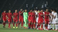 Para pemain Timnas Indonesia U-22 bersalaman dengan pemain Kamboja U-22 pada laga Piala AFF U-22  di Stadion National Olympic, Phnom Penh, Jumat (22/2). Indonesia menang 2-0 atas Kamboja. (Bola.com/Zulfirdaus Harahap)