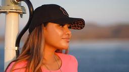 Wanita kelahiran 10 Juli 1998 ini memang memiliki style fashion yang menarik untuk dilihat. Dengan makai topi hitam, Aurel Hermansyah terlihat lebih berkharisma. Aura kecantikannya pun sangat terpancarkan di foto tersebut. (Liputan6.com/IG/@aurelie.hermansyah)