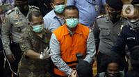 Menteri Kelautan dan Perikanan, Edhy Prabowo (tengah) digiring petugas usai rilis penetapan tersangka kasus dugaan suap penetapan calon eksportir benih lobster di Gedung KPK Jakarta, Kamis (26/11/2020). Sebelumnya, Edhy ditangkap KPK usai lawatan ke Amerika. (Liputan6.com/Helmi Fithriansyah)