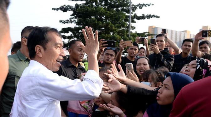 Presiden Jokowi bagikan sembako bagi warga  di Kecamatan Tambora, Jakarta Barat. (Setpres)