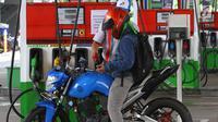Pengendara mengisi bahan bakar minyak (BBM) di SPBU Abdul Muis, Jakarta, Jumat (2/2). Kenaikan harga minyak dunia berpotensi mendorong inflasi. (Liputan6.com/Angga Yuniar)