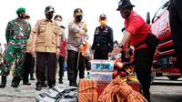 Kepala Polda Riau Irjen Agung Setya mengecek peralatan menghadapi bencana karena fenomena La Nina. (Liputan6.com/M Syukur)