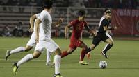Striker Timnas Indonesia U-22, Osvaldo Haay, menggiring bola saat melawan Vietnam U-22 pada laga final SEA Games 2019 di Stadion Rizal Memorial, Manila, Selasa (10/12). Indonesia kalah 0-3 dari Vietnam. (Bola.com/M Iqbal Ichsan)
