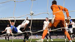 Penyerang Everton, Richarlison, mencetak gol ke gawang Manchester United pada laga Premier League di Goodison Park, Minggu (21/4). Everton menang 4-0 atas Manchester United. (AFP/Oli Scarff)