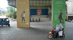 Pengendara sepeda motor melintasi pasar Blok A Tanah Abang, Jakarta, yang tutup pada Kamis (23/5/2019). Pengelola Pasar Tanah Abang menutup sementara aktivitas perdagangan demi mengantisipasi dampak kericuhan Jakarta dalam beberapa hari ini. (Liputan6.com/Herman Zakharia)
