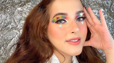 Baru-baru ini Tasya Farasya kerap menggunakan eyeshadow warna-warni untuk riasan matanya. Penampilannya satu ini pun menarik perhatian publik. (Liputan6.com/IG/@tasyafarasya)