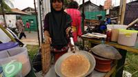 Peserta menampilkan pembuatan kerak telor di Pentas Seni dan Budaya Betawi di Kawasan Condet, Jakarta, Sabtu (5/11). Bertema Kampung Condet Berbudaye, pentas seni dan kuliner ini dihelat hingga Minggu (6/11). (Liputan6.com/Helmi Fithriansyah)