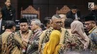 Ketua KPU Arief Budiman berbincang usai putusan MK di Gedung MK, Jakarta, Kamis (27/6/2019). MK menolak seluruh gugatan hasil Pilpres 2019 yang diajukan Prabowo-Sandiaga Uno yang disepakati sembilan hakim konstitusi tanpa dissenting opinion atau perbedaan pendapat. (Liputan6.com/Faizal Fanani)