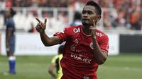 Gelandang Persija, Ramdani Lestaluhu, merayakan gol yang dicetaknya ke gawang Persela pada laga Liga 1 di SUGBK, Jakarta, Selasa (20/11). Persija menang 3-0 atas Persela. (Bola.com/Yoppy Renato)