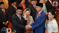 Presiden Joko Widodo (Jokowi) didampingi Ibu Negara Iriana memberikan ucapan selamat kepada Menteri Koordinator Politik, Hukum, dan Keamanan Mahfud Md seusai pelantikan Kabinet Indonesia Maju di Istana Negara, Jakarta, Rabu (23/10/2019). (Liputan6.com/Angga Yuniar)