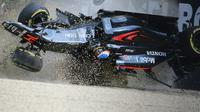 Pebalap McLaren Honda asal Spanyol, Fernando Alonso, mengalami kecelakaan setelah menabrak pebalap Haas F1, Esteban Gutierrez, dan tembok pembatas dalam F1 GP Australia di Sirkuit Albert Park, Minggu (20/3/2016). (AFP/Newspix/Alex Coppel)